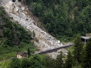 Ein Felssturz wie im Juni 2012 bei Gurtnellen UR auf die Gotthard-Bahnlinie führt für Transportunternehmen zu einer Ausnahmesituation. Das will der Bund in einer Verordnungsänderung berücksichtigen. (Bild: KEYSTONE/URS FLUEELER)