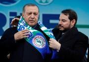Berat Albayrak (rechts), Ehemann der ältesten Tochter von Präsident Recep Tayyip Erdogan, erfreut sich seit Längerem besonderer Förderung. Hier treten sie gemeinsam bei einer Kundgebung für das letztjährige Verfassungsreferendum auf. (Umit Bektas/Reuters, Rize, 3. April 2018)