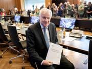 Innenminister Horst Seehofer mit seinem «Masterplan Migration» (Bild: KEYSTONE/AP dpa/KAY NIETFELD)