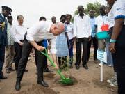 Bundespräsident Alain Berset pflanzt bei seinem Besuch im Flüchtlingslager Kakuma in Kenia einen Baum. (Bild: KEYSTONE/PETER KLAUNZER)