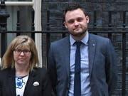 Die Vize-Vorsitzenden der konservativen Partei, Ben Bradley und Maria Caulfield, haben ihren Rücktritt angekündigt. (Bild: KEYSTONE/EPA/FACUNDO ARRIZABALAGA)