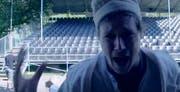 Noch sind die Plätze leer und die Darsteller verzweifelt - Standbild aus dem Video der Krabat-Crew. (Screenshot: Youtube)
