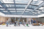 Letzte Arbeiten in den neuen Siemens-Gebäuden inmitten der Stadt Zug. (Bild: Werner Schelbert (4. Juli 2018))
