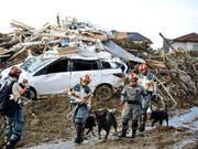 Rettungskräfte im Südwesten Japans bergen nach heftigen Regenfällen und Schlammlawinen immer mehr Leichen. (Bild: KEYSTONE/AP Kyodo News)