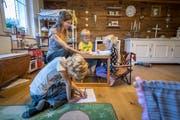 Esther Aubert unterrichtet ihre drei Kinder Leon, Lorin und Lara-Luisa (von links) in der Wohnstube in Herisau. Bild: Ralph Ribi
