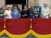 Queen Elizabeth und weitere Mitglieder der Königsfamilie haben an der 100-Jahr-Feier der Royal Air Force teilgenommen. (Bild: KEYSTONE/AP/MATT DUNHAM)