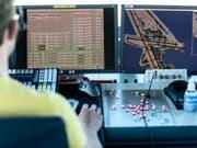 Ein Mitarbeiter von Skyguide kontrolliert die Monitore, hier im Tower des Flughafen Zürich Kloten. (Bild: Keystone/CHRISTIAN BEUTLER)