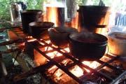Kochen auf offenem Feuer ist für die Pfadfinderinnen und Pfadfinder selbstverständlich. (Bild: Migros)