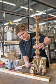 Christine Hofer in Ihrem Atelier beim Vergolden eines Kerzenständers. (Bild: Boris Bürgisser (Emmen, 12. Juni 2018))