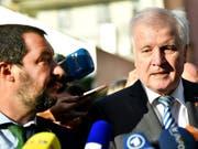 In der Flüchtlings- und Migrationspolitik fühlt sich der deutsche Innenminister Seehofer (rechts) seinem italienischen Amtskollegen Salvini näher als seiner Chefin, Bundeskanzlerin Merkel. (Bild: KEYSTONE/APA/APA/BARBARA GINDL)