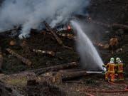 Wer unvorsichtig feuert, kann so etwas verursachen: Waldbrand bei Faido TI im April 2017. (Bild: KEYSTONE/TI-PRESS/GABRIELE PUTZU)
