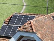 Photovoltaik-Anlagen sind vielerorts zu sehen, aber meist kleinere. Hier Solarpanels auf einem Hausdach in Steinen SZ. (Bild: KEYSTONE/GAETAN BALLY)