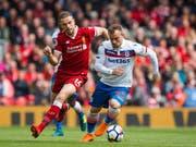 Hier Gegner, aber vielleicht schon bald Teamkollegen: Xherdan Shaqiri (im weissen Dress von Stoke) im Duell mit Liverpools Captain Jordan Henderson (Bild: KEYSTONE/EPA/PETER POWELL)