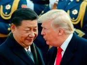 US-Präsident Donald Trump und der chinesische Präsident Xi Jinping bei einem Treffen Ende. Die Eintracht der beiden hat offenbar ein Ende. (Bild: KEYSTONE/AP/ANDY WONG)