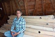 Musiker Stefan Baumann sitzt auf den Holzlatten seines «Lautsprecherorchesters» (Bild: Corinne Bischof)