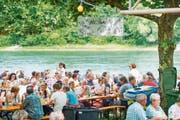 Impressionen vom letztjährigen Rheinfest: Die Gäste geniessen die Atmosphäre direkt am Rheinufer. (Bild: Andrea Stalder)