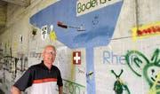 Armin Benz hat im Jahr 1976 zusammen mit seinen Sechstklässlern die Graffiti unter der Autobahnbrücke geschaffen. (Bild: Philipp Stutz)