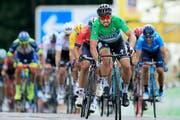 Peter Sagan (im grünen Trikot) fährt als Erster durchs Ziel (Bild: Peter Dejong/Keystone (Quimper 11. Juli 2018))
