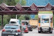 10500 Fahrzeuge fahren täglich beim Zoll Diepoldsau über die Grenze, davon sind vier Prozent Schwerverkehr. (Bild: Ralph Ribi)