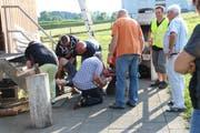 Ein Mann liegt am Boden: Helfer frischen beim Parcours des Samaritervereins ihr Wissen in Erster Hilfe auf. (Hannelore Bruderer)