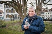 Dölf Sutter von der Genossenschaft Unterer Brühl mit einer Flasche Aurin. Er sammelte Olma-Urin dafür. (Bild: Urs Bucher, 22.März 2016)