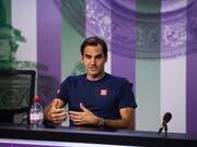 Das Schlimmste für einen Tennisspieler: Roger Federer beim Erklären seiner Niederlage vor den Medien (Bild: KEYSTONE/EPA AELTC/AELTC/FLORIAN EISELE)