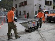 Die Sicherheitsdienstpflicht soll Bestandeslücken füllen: Zivilschützer, hier im Einsatz nach den Murgängen in Bondo. (Bild: KEYSTONE/GIAN EHRENZELLER)