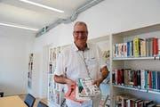 Richard Lehner stellt seine Sommerempfehlungen im Leseraum der Bibliothek vor. (Bild: Vivien Huber)