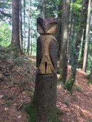 Im Wald auf der Wolzenalp bei Krummenau thront eine geschnitzte Eule. (Bild: PD)