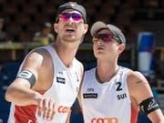 Erfolgreicher Auftakt ins Turnier von Gstaad für die Beachvolleyballer Adrian Heidrich (links) und Mirco Gerson (Bild: KEYSTONE/PETER SCHNEIDER)