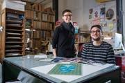 Gehören zum Kernteam des Magazins: Die Zeichner Anja Wicki und Andreas Kiener im Atelier. (Bild: Boris Bürgisser (Luzern, 21. Februar 2017))