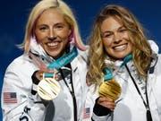 Kikkan Kikkan Randall (links) und Jessica Diggins feiern ihre Sprint-Goldmedaille (Bild: KEYSTONE/AP/PATRICK SEMANSKY)