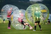 Bei Bubble-Soccer geht es ruppig zu und her. (KEYSTONE/Urs Flueeler)