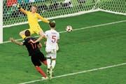 Das goldene Tor: Mario Mandzukic bezwingt Jordan Pickford in der 109. Minute zum 2:1. Rechts erhält Englands Harry Kane Trost vom Teamkollegen Eric Dier. (Bild: Bilder: Darko Bandic, Francisco Seco/AP)