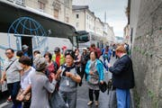 Zwei Minuten zu Fuss in die Altstadt: Touristen am Salzburger Reisebus-Terminal Paris-Lodron-Strasse. Bild: Salzburger Nachrichten/Robert Ratzer