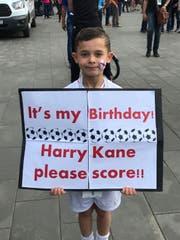 Dieser kleine Fan will an seinem Geburtstag nur eins: Tore von Harry Kane. (Bild: Raphael Gutzwiler)