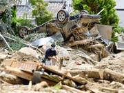 Japans Regierungschef Shinzo Abe machte sich am Mittwoch ein Bild von den Zerstörungen nach dem Unwetter in seinem Land. (Bild: KEYSTONE/AP Kyodo News/RYOSUKE OZAWA)