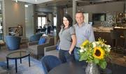 Haben gemeinsam einen neuen Lebensabschnitt begonnen: Martina Martoncikova und Hansjörg Schiess in ihrem Hotel im Kanton Graubünden. (Bild: Mario Testa)