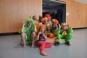 Grimassen schneiden können sie gut - die Kinder haben sichtlich Spass an ihrer Clown-Rolle. (Bild: Miranda Diggelmann)