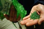 Aus einer PET-Flasche wird Granulat: Die Poly Recycling in Weinfelden ist in der Schweiz führend in Sachen PET-Wiederverwertung. (Bild: Reto Martin)
