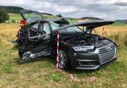 Die starke Beschädigung am Auto zeugt vom heftigen Crash. (Bild: Luzerner Polizei (Gunzwil, 11. Juli 2018))