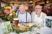 Blumen, Bier und eine spezielle Dessertkreation: Robert Egli geniesst das grosse Fest zu seinem 100. Geburtstag. Seit 62 Jahren stets an seiner Seite ist seine Frau Martha. (Bild: Ralph Ribi)