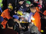 Mehr als vier Jahre nach dem schweren Grubenunglück im westtürkischen Soma mit mehr als 300 Toten hat ein Gericht umstrittene Haftstrafen ausgesprochen. Die Familienangehörigen schrien nach dem Urteil die Richter an. (Bild: KEYSTONE/AP)