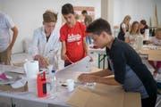 Mischen und Malen: Schüler lernen im Architekturforum praxisnah, welche Farbe wie auf einen Raum wirkt (Bild: Benjamin Manser)