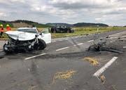 Die beiden involvierten Fahrzeuge kamen nach dem Zusammenstoss auf der Strasse und im Wiesland zum Stillstand. (Bild: Luzerner Polizei (Gunzwil, 11. Juli 2018))