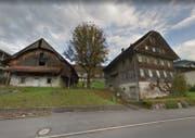Bei der heutigen Scheune (links) ist die Einfahrt zum neuen Ökihof geplant. (Bild: Google Maps)