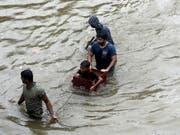 In Nepal und Indien sind wegen des Monsuns mindestens 59 Menschen ums Leben gekommen, darunter mindestens fünf Kinder. (Bild: KEYSTONE/AP/RAJANISH KAKADE)