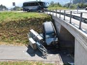 An der Böschung kam der total beschädigte Wagen zum Stillstand. (Bild: Kapo GR)