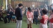 Leibchenpräsentation: Coach Coutard (Max Boublil, links) mit seiner Nummer 10, Emmanuelle (Vanessa Guide). (Bild: Praesens Film)