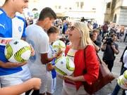 Gegner und Befürworter des neuen Fussballstadions auf dem Hardturm-Areal empfingen am Mittwochabend die Zürcher Gemeinderätinnen und Gemeinderäte und machten auf ihre Anliegen aufmerksam. (Bild: KEYSTONE/WALTER BIERI)